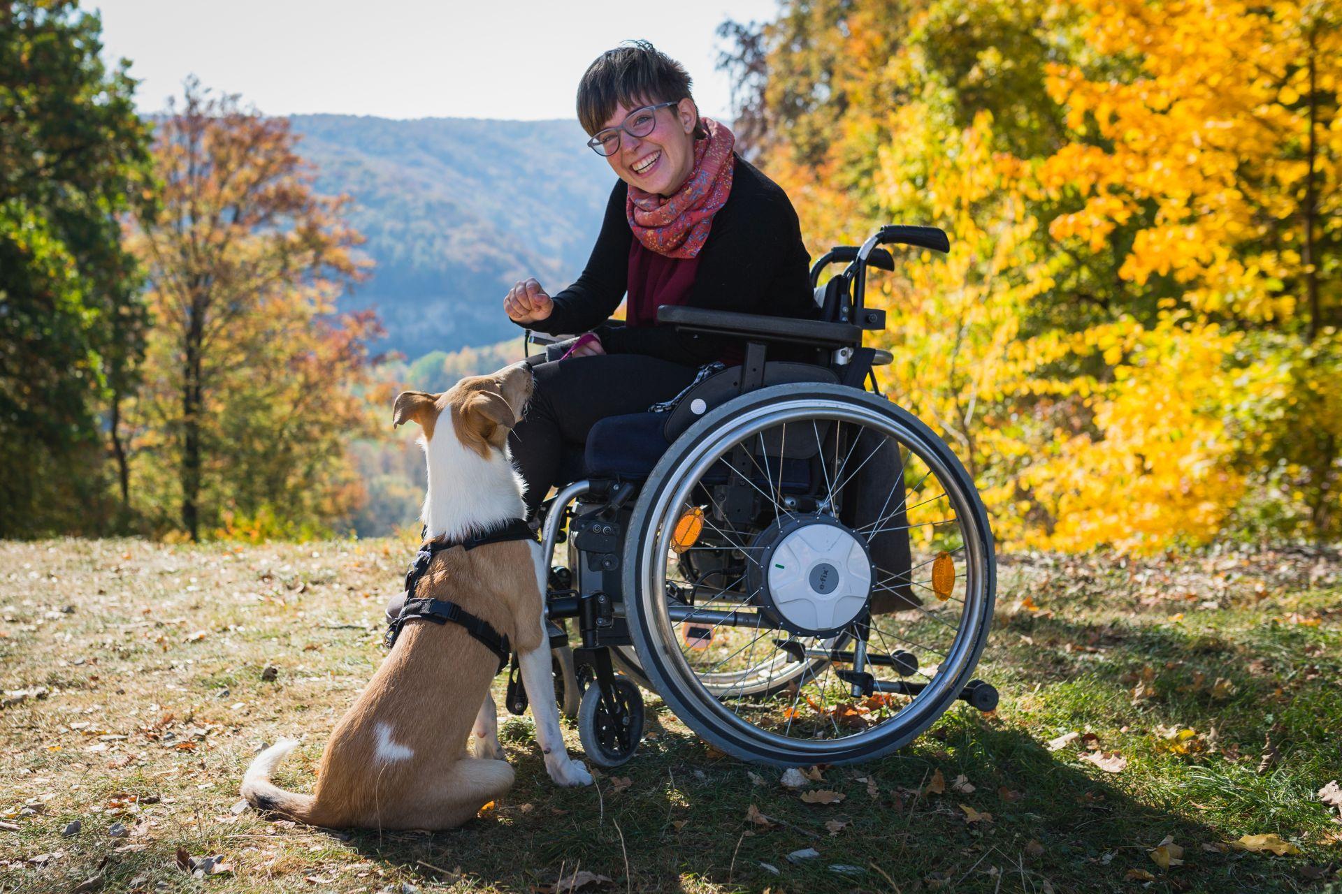 Rollstuhlfahrerin mit Hund