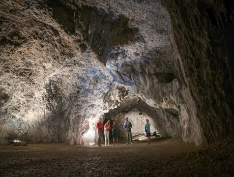 Führung in der Tropfsteinhöhle Schulerloch in Essing im Altmühltal