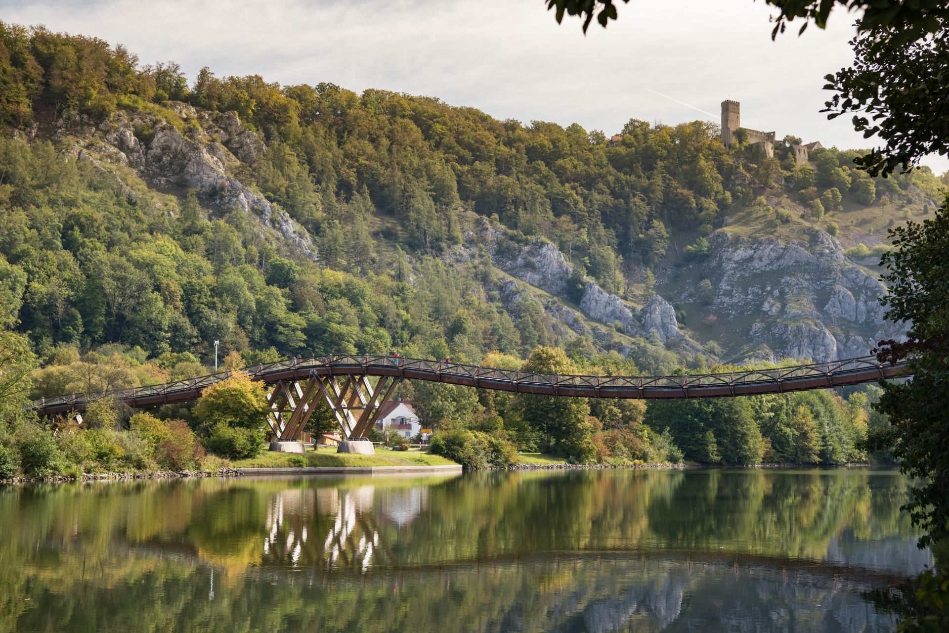 Blick zur Burgruine Randeck und zur Holzbrücke Tatzlwurm in Essing im Altmühltal