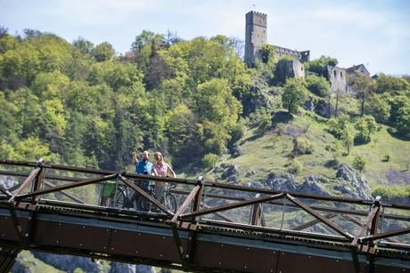 Radfahren im Altmühltal - Holzbrücke Tatzlwurm un Burgruine Randeck in Essing