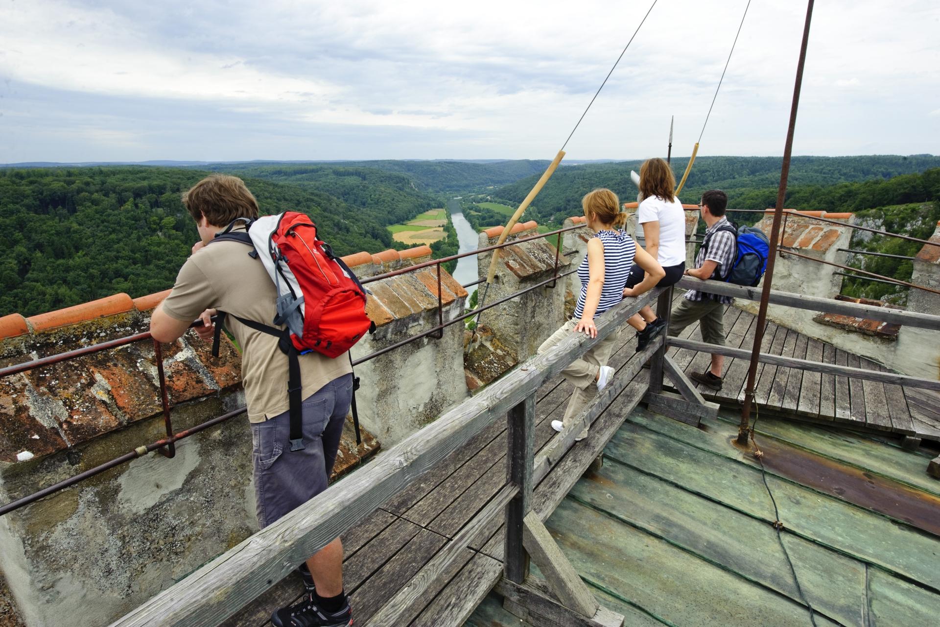 Blick vom Bergfried der Burgruine Randeck in Essing ins Altmühltal