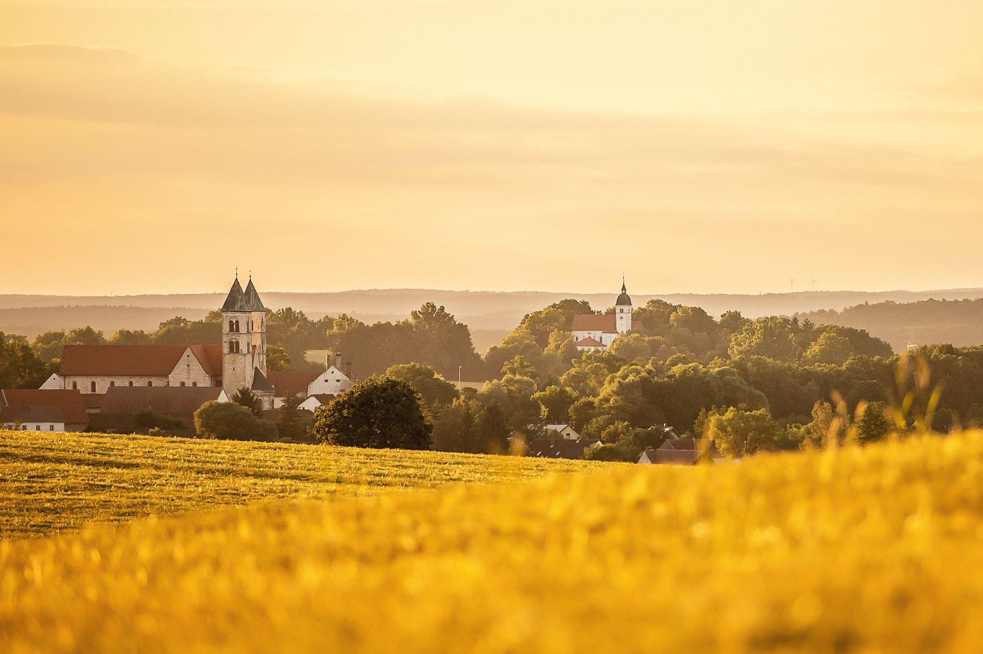 Blick auf Kloster Biburg und die Wallfahrtskirche Allersdorf