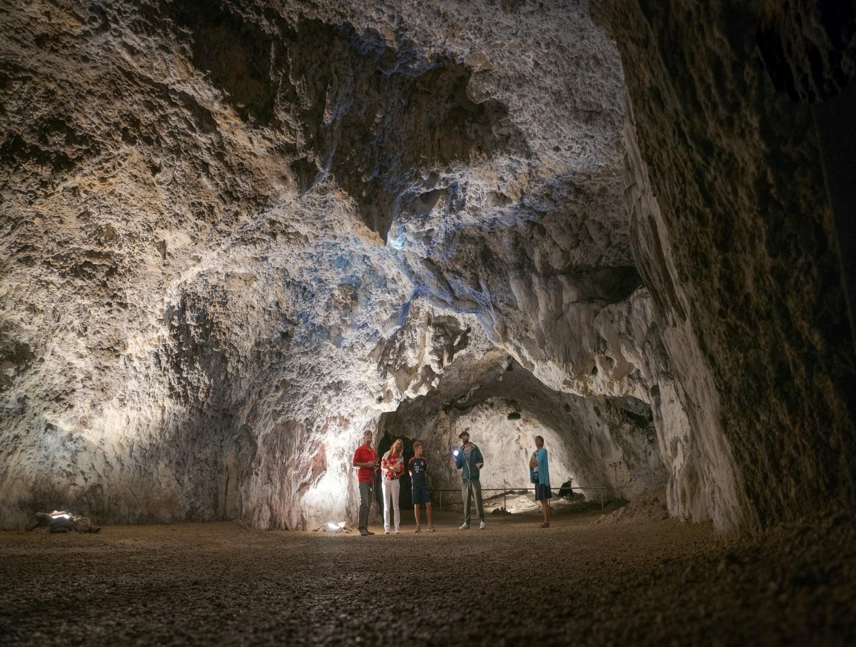 Gruppe in der Tropfsteinhöhle Schulerloch