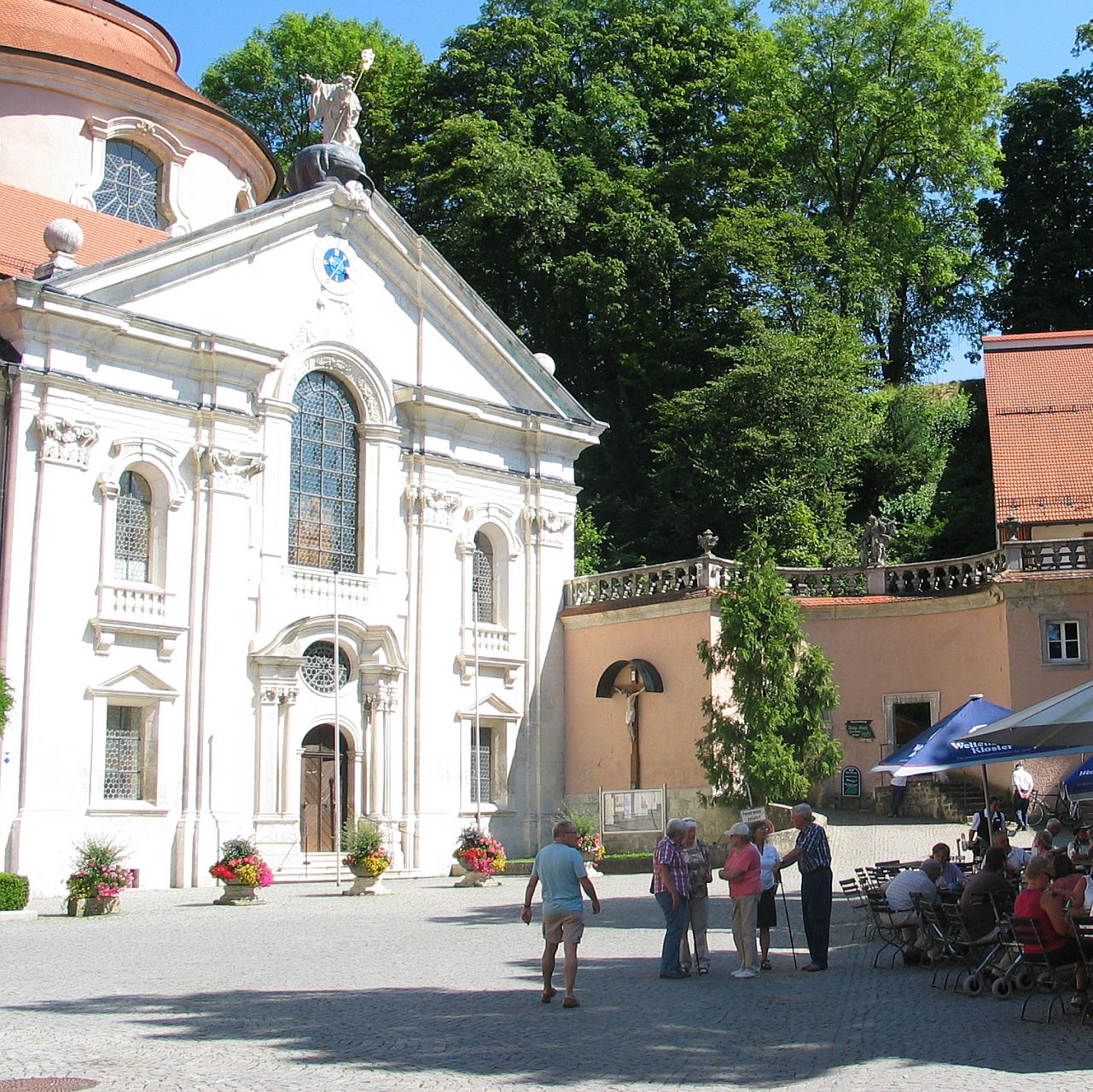 Kloster Weltenburg mit Klosterkirche und Biergarten
