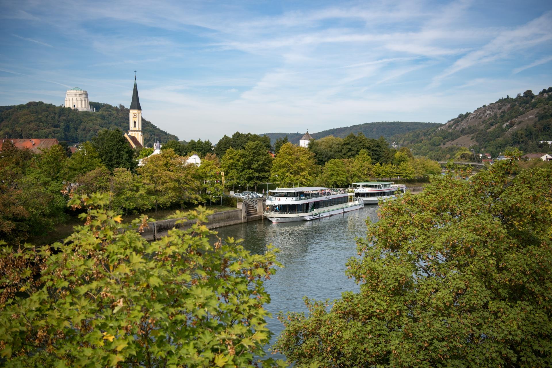 Blick auf Kelheim, den Main-Donau-Kanal und die Befreiungshalle