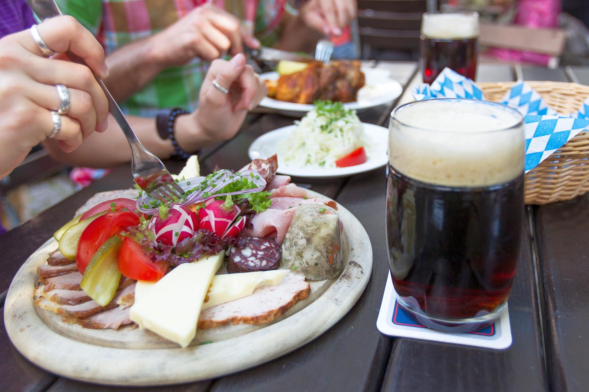 Brotzeitpause im Biergarten der Klosterschenke Weltenburg