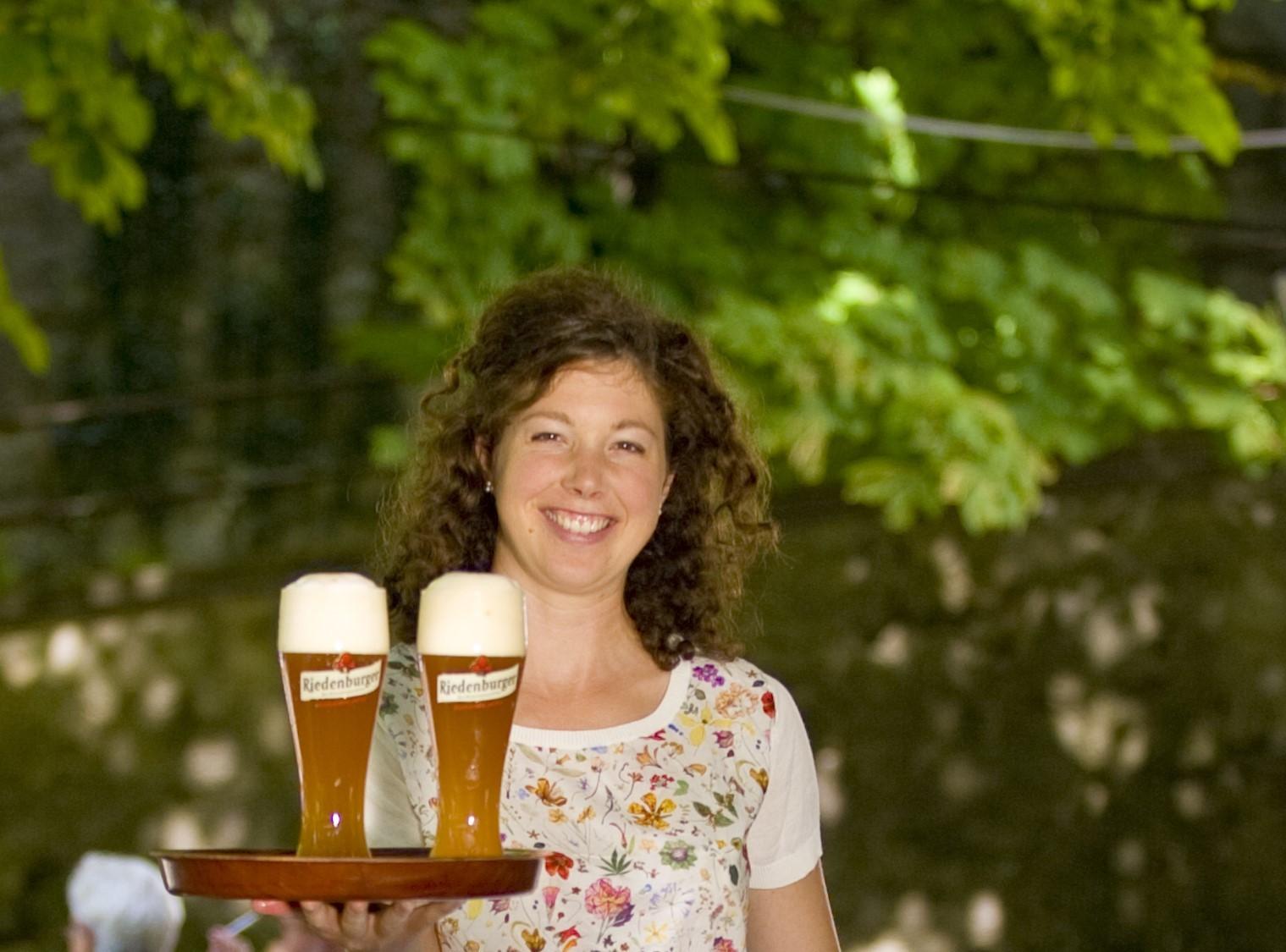 Frisch gezapftes Bier im Biergarten des Riedenburger Brauhauses