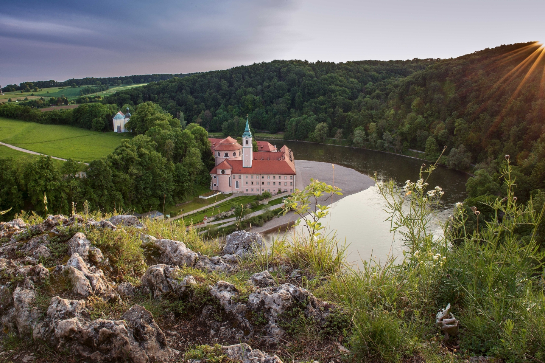 Abenddämmerung am Donaudurchbruch und Kloster Weltenburg