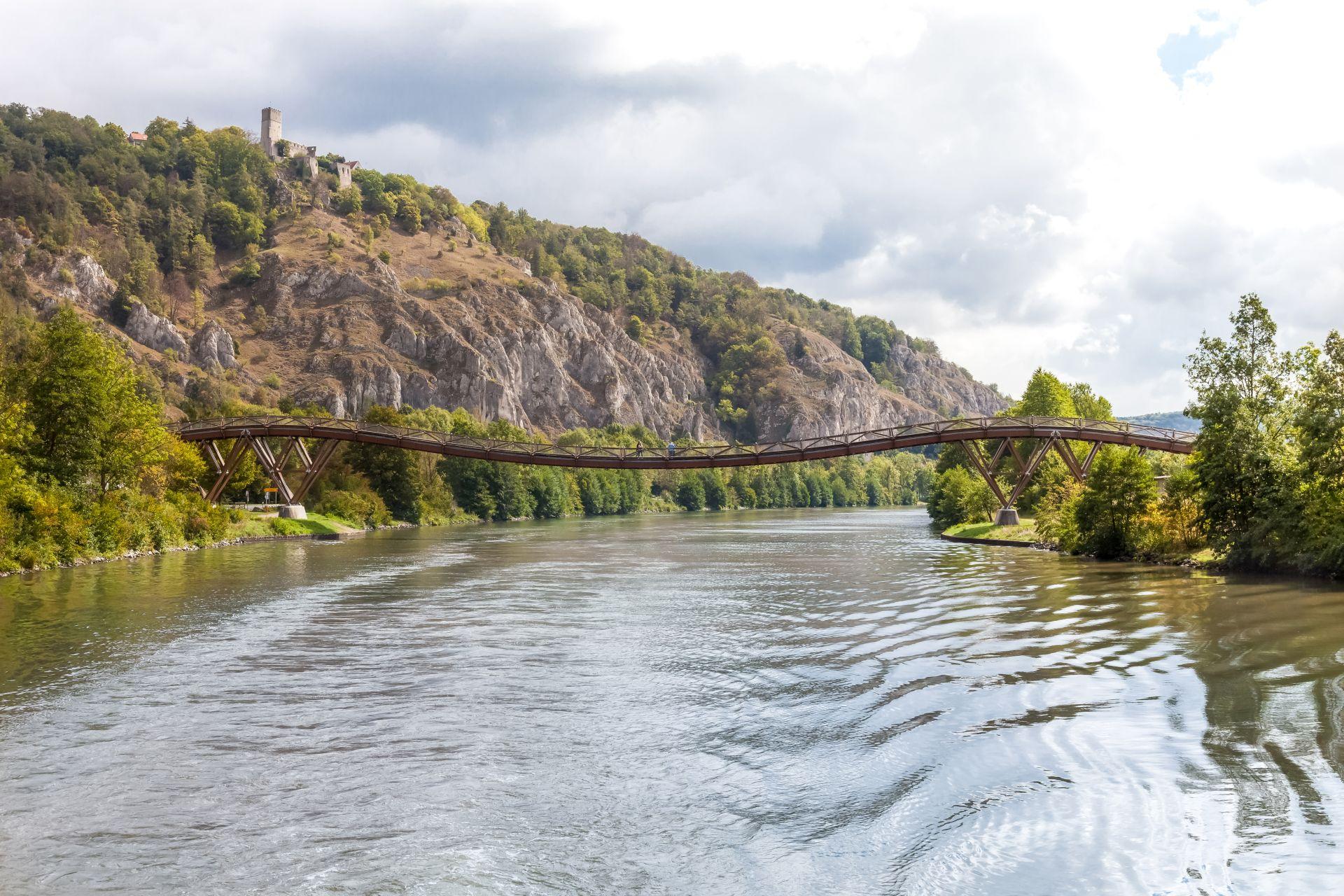 """Burgruine Randeck und Holzbrücke """"Tatzlwurm"""" in Essing"""