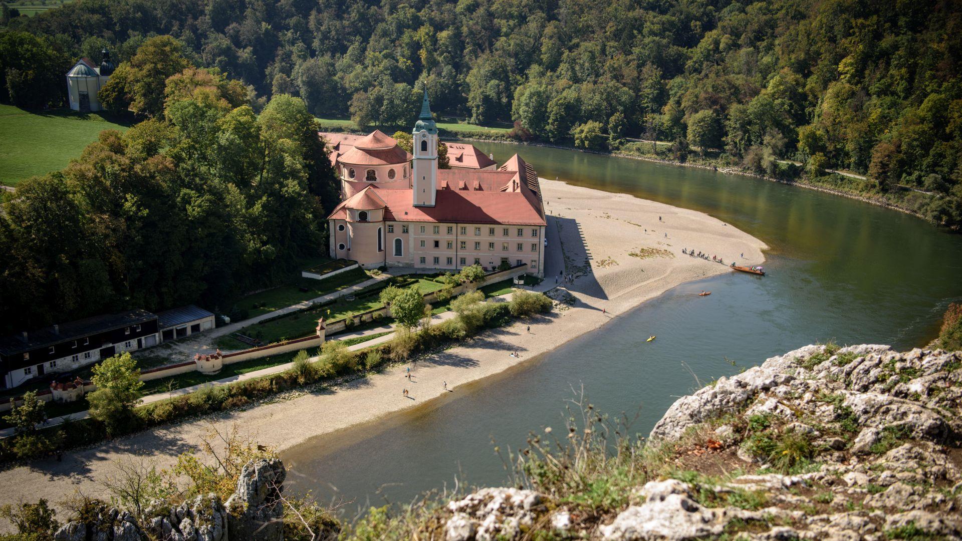 Genießen Sie tolle Ausblicke auf das Kloster Weltenburg bei einer Wanderung durch das erste Nationale Naturmonument in Bayern - die Weltenburger Enge.
