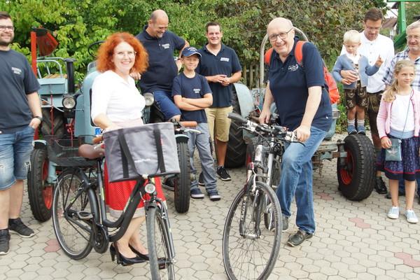 2020 PRESSEBILD Landrat Martin Neumeyer und Bettina Danner, Bürgermeisterin der Gemeinde Biburg, freuten sich über tolle Aktionen und viele Radfahrer auf der Lederhosen-Tour