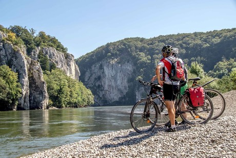 Radfahrer beim Kloster Weltenburg mit Blick zum Donaudurchbruch bei Kelheim